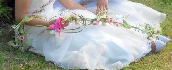 bouquet boheme monté sur fil de banzai épais  agrémenté de roses d'arums ,feuillage  et papillons  longueur totale 1M80 environ