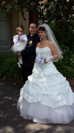 bouquet de mariée monté en fleurs stabilisées blanches ,poignees argent  agrémenté de plumes blanches et perles ,bouquet à garder à vie !!!